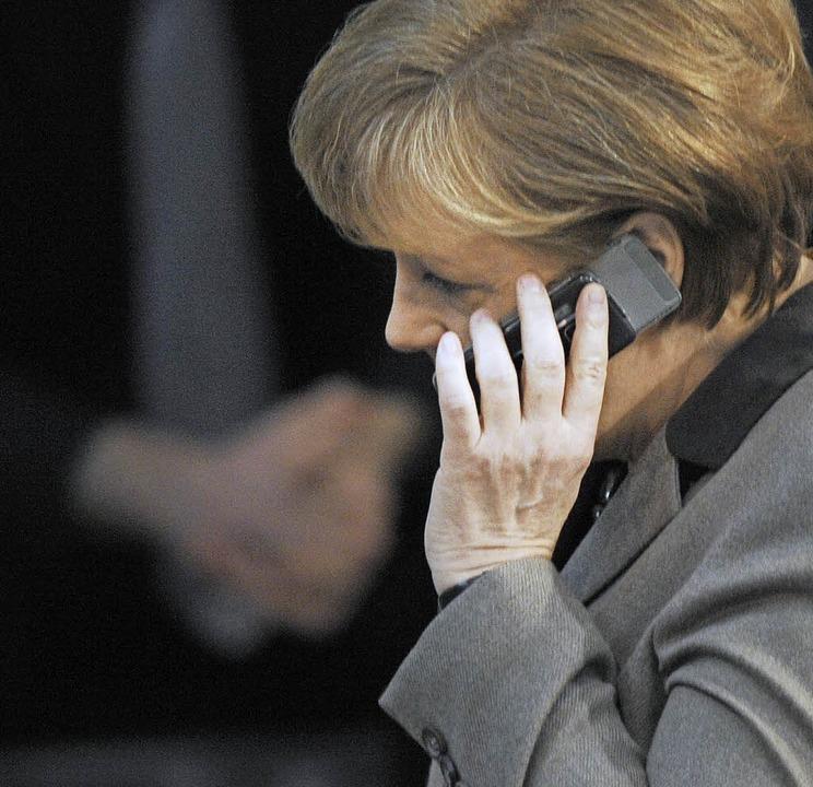 Kann auch nicht ohne ihr Handy aus dem Haus: Bundeskanzlerin Angela Merkel.  | Foto: dpa