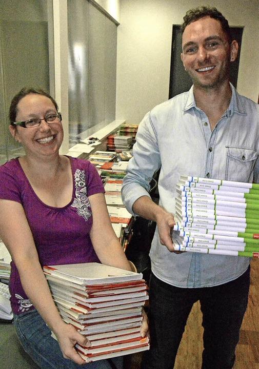 Die Lehrer Barbara Krumbein und Matthi...cher für die neuen Fünftklässler vor.   | Foto: Lauber