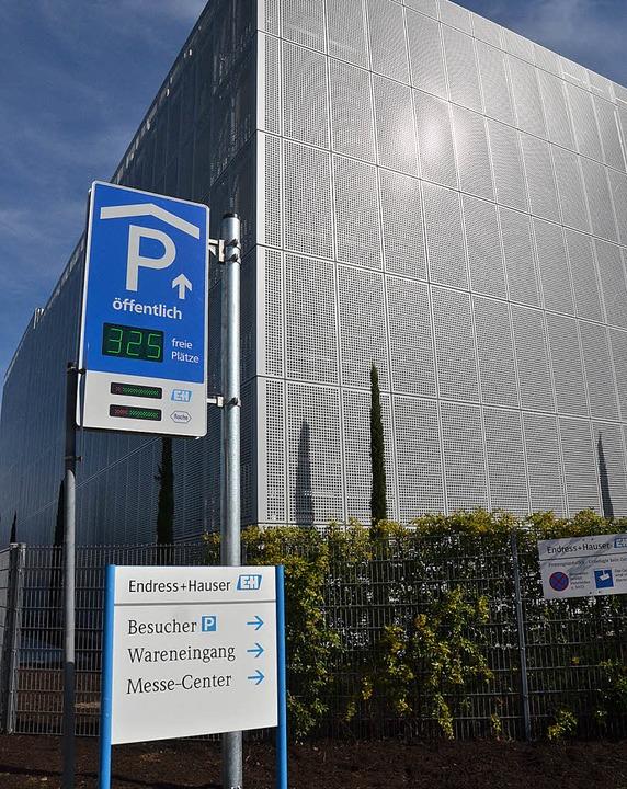 Die Anzeige vor dem Endress+Hauser-Par...infallstraßen nach Friedlingen folgen.  | Foto: FILLISCH