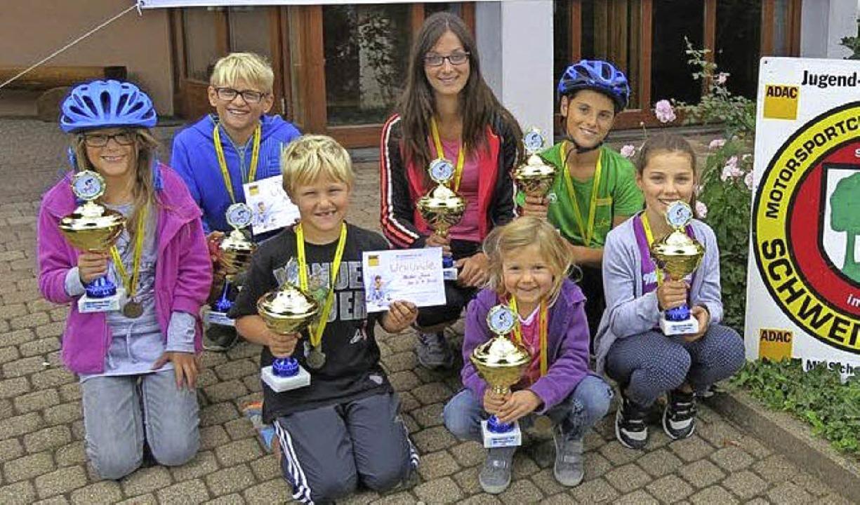 Die Gruppensieger freuen sich über ihre Pokale.   | Foto: roland fischer