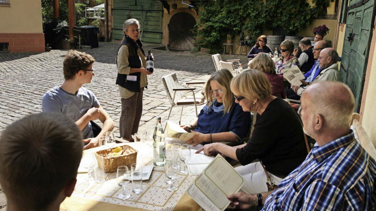 Vier verschiedene Weine kredenzte die ...r im lauschigen Innenhof des Weinguts.  | Foto: Bastian Bernhardt