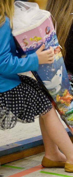 Die reich gefüllte Schultüte versüßt vielen Kindern den Start.     Foto: dpa/Peter Steffen
