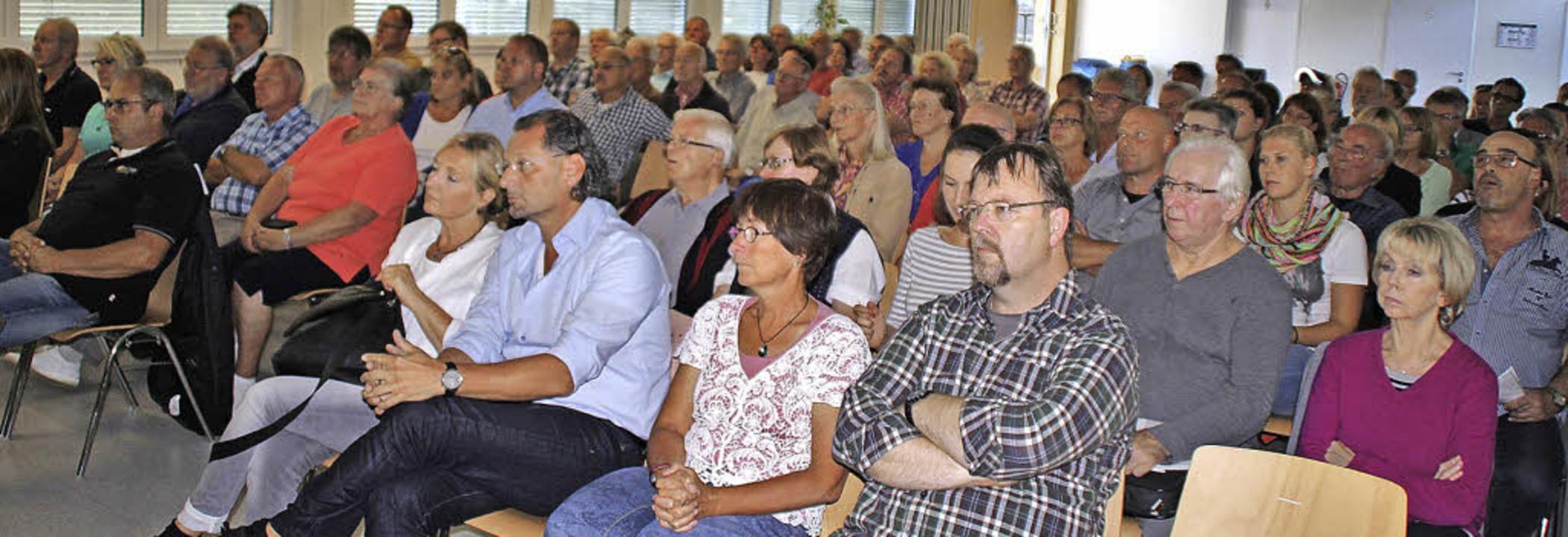 Etwa 80 Einwohner waren zum Informationsabend in die Lindenschule gekommen.  | Foto: Rolf Reißmann