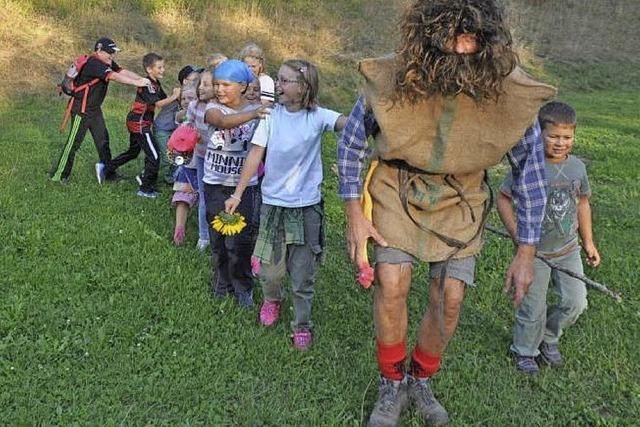 Waldschrat hilft Kindern