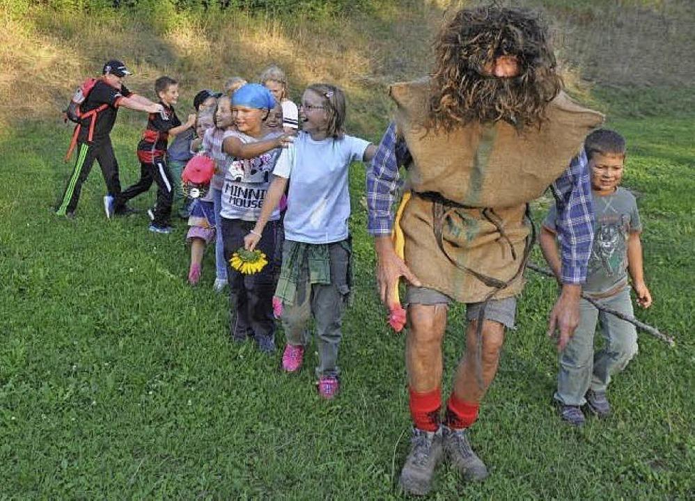 Die Kinder folgen dem Waldschrat auf der Suche nach dem Schatz.  | Foto: ZVG