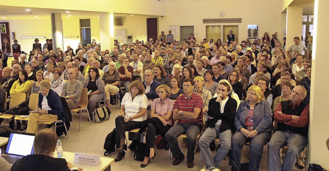 Die Meret-Oppenheim-Aula konnte die Me...ten. Zahlreiche Bürger boten Hilfe an.    Foto: Robert Bergmann