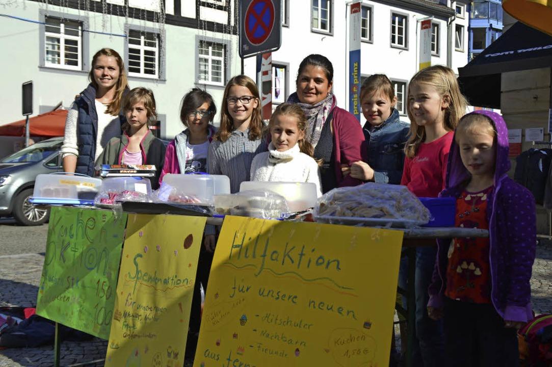 Die Kinder und Betreuer der städtische...kt Kuchen zugunsten von Flüchtlingen.     Foto: Heilemann