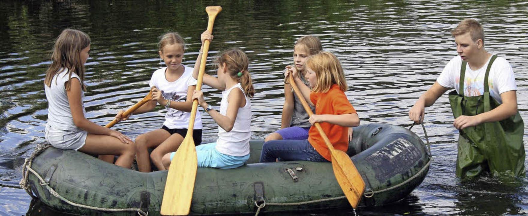 Beim Schlauchbootfahren auf der Wiese ...rienprogramm fand in Fahrnau statt.       Foto: Ralph Lacher