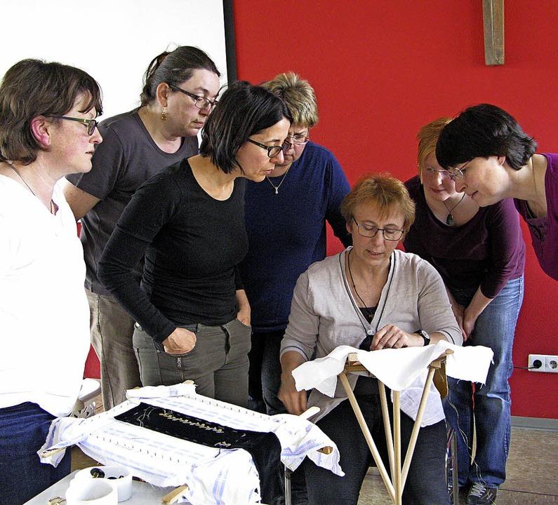 Anita Ellinger (Mitte, beim Unterricht...führenden Kurs im Trachtensticken an.     Foto: Archivbild: Ulrike Spiegelhalter
