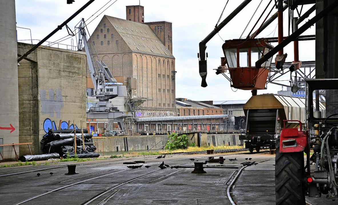 Steht unter Denkmalschutz: Der vom Bas...lteste Silobau im Kleinhüninger Hafen     Foto: Annette Mahro