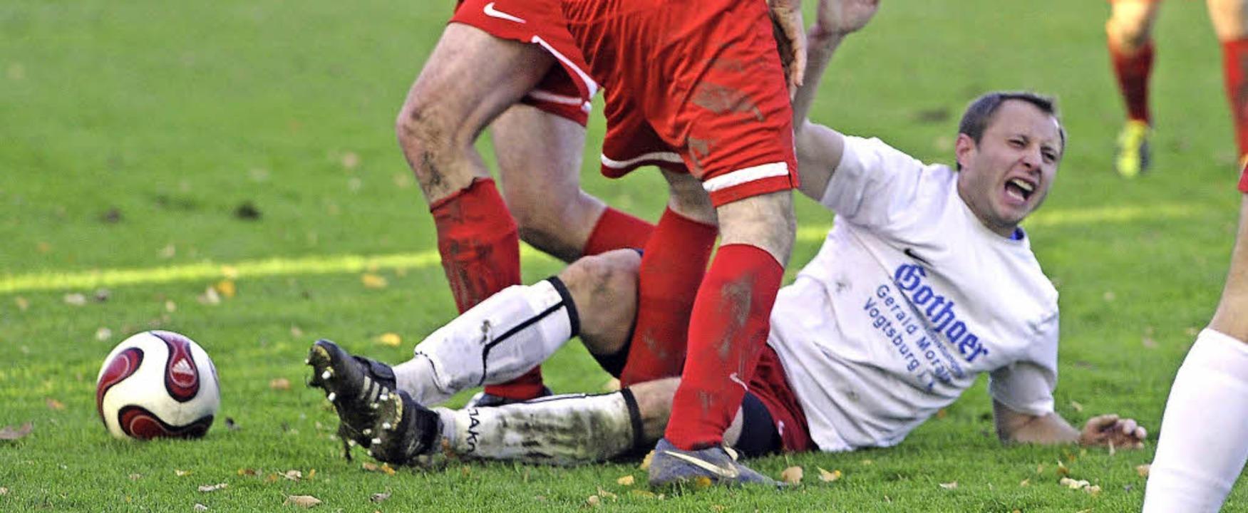 Auch sportlich geht es zwischen den Vogtsburger Fußballvereinen ruppig zu.    Foto: Joachim Keller