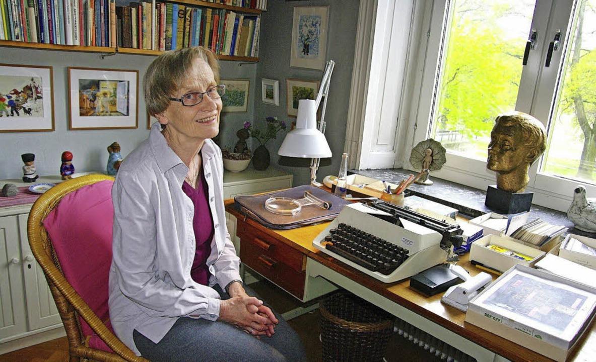 Karin Nyman am Schreibtisch ihrer 2002 gestorbenen Mutter in Stockholm  | Foto: dpa