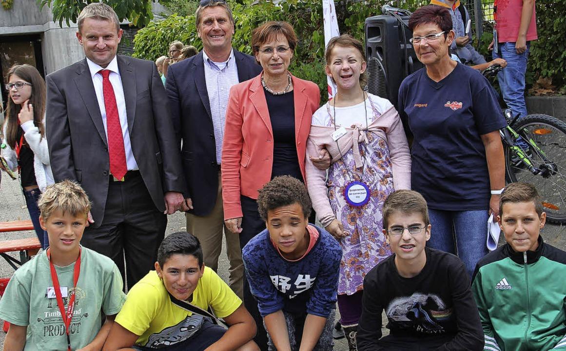 Edith Schreiner (hinten Mitte) gratuli...s) Anton, Ediz, Silas, Tili und  Ulas.  | Foto: Judtith Reinbold