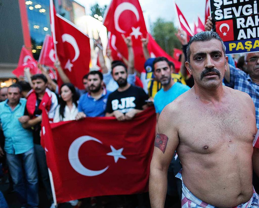 Türkische Nationalisten protestieren in Istanbul gegen die PKK.     Foto: DPA