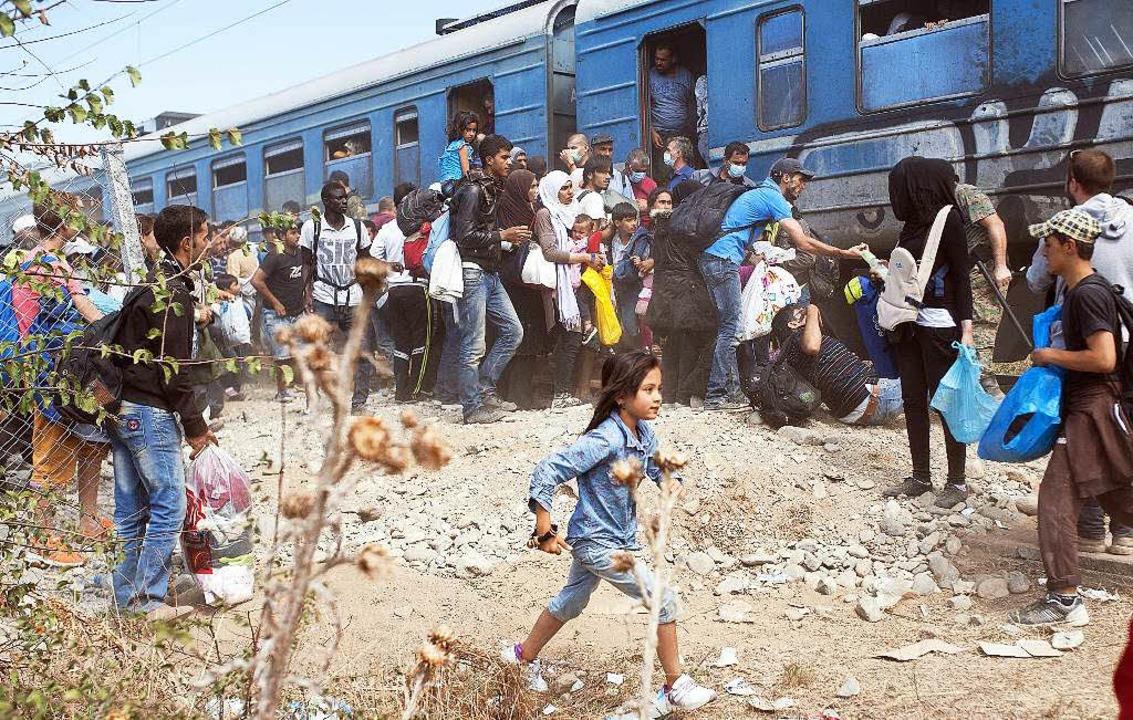 Im Bahnhof von Gevgelija drängen sich ...inge um die begehrten Plätze im Zug.    | Foto: afp (2)/rehmann
