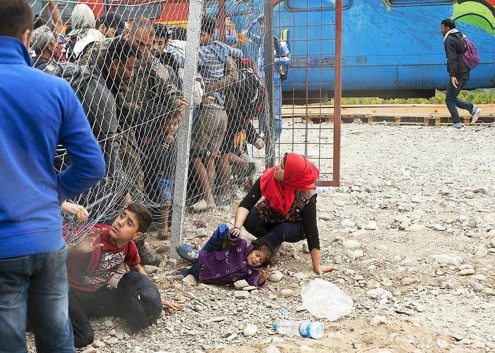 Von dem Grenzzaun lassen sich die Menschen nicht aufhalten.  | Foto: AFP