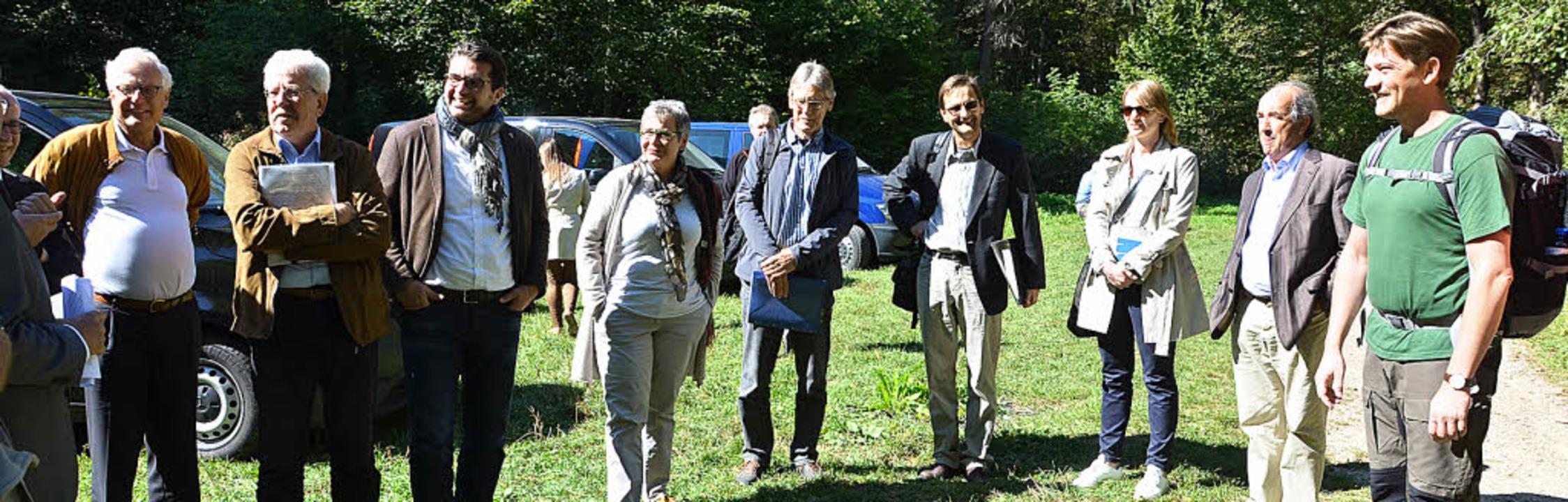 Jesuitenpater Clemens Blattert (rechts...u der Delegation in Bad Boll gestoßen.    Foto: Juliane Kühnemund