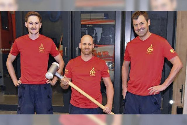 Kraft, Geschicklichkeit und Ausdauer in voller Feuerwehrkluft