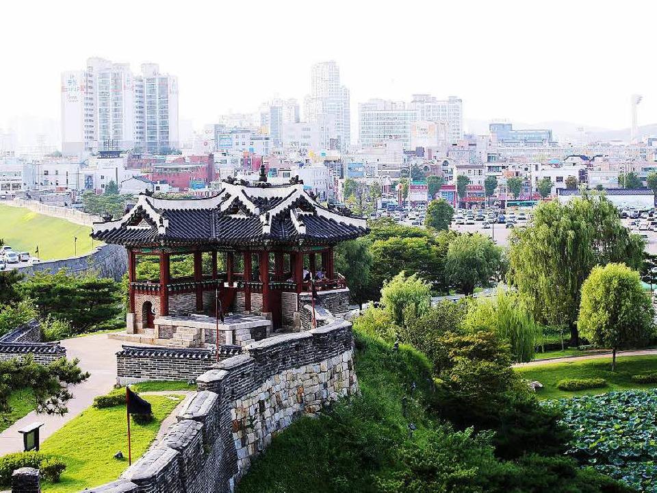 Teile der Hwaseong-Festung in Suwon.    Foto: Michael Saurer