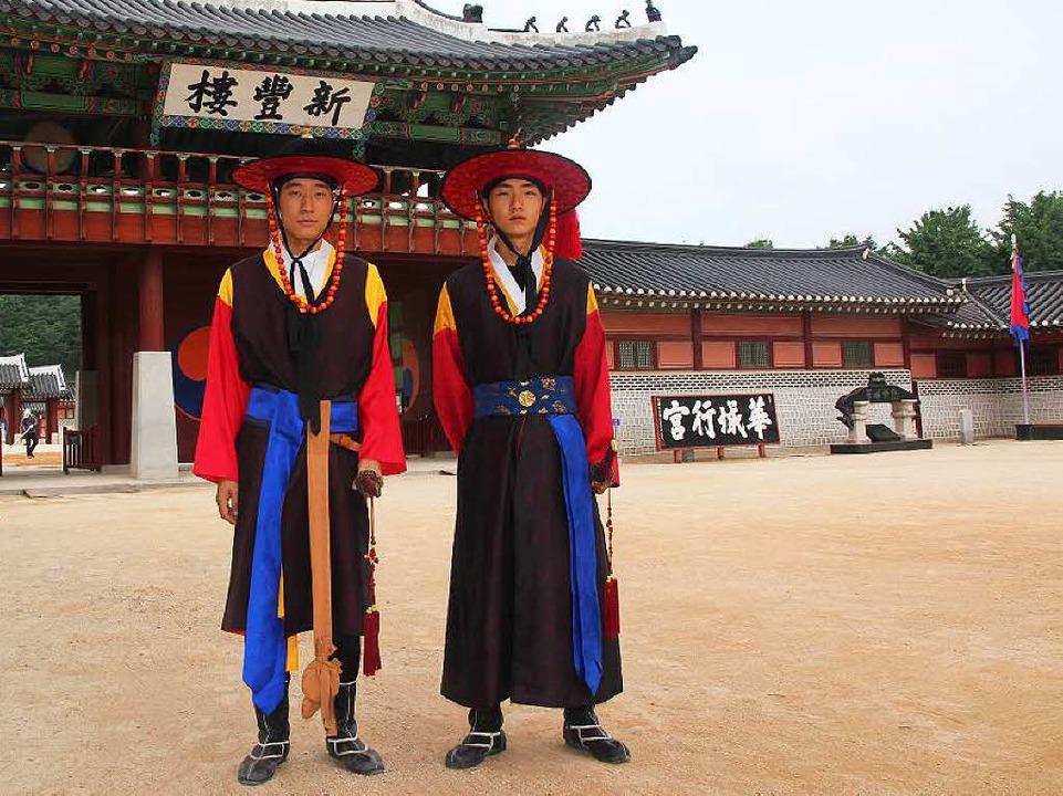 Wachen in traditionellen Kostümen vor einer Residenz des damaligen  Königs.    Foto: Michael Saurer