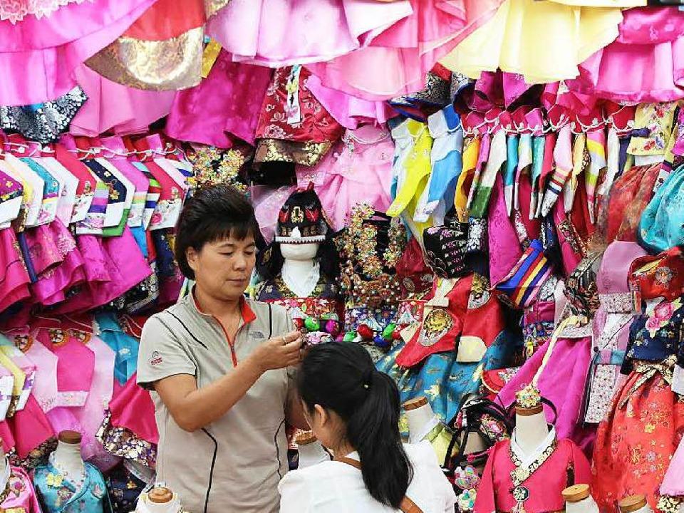 Quietschbunt: Ein Laden verkauft Hanboks, traditionelle koreanische Gewänder.    Foto: Michael Saurer