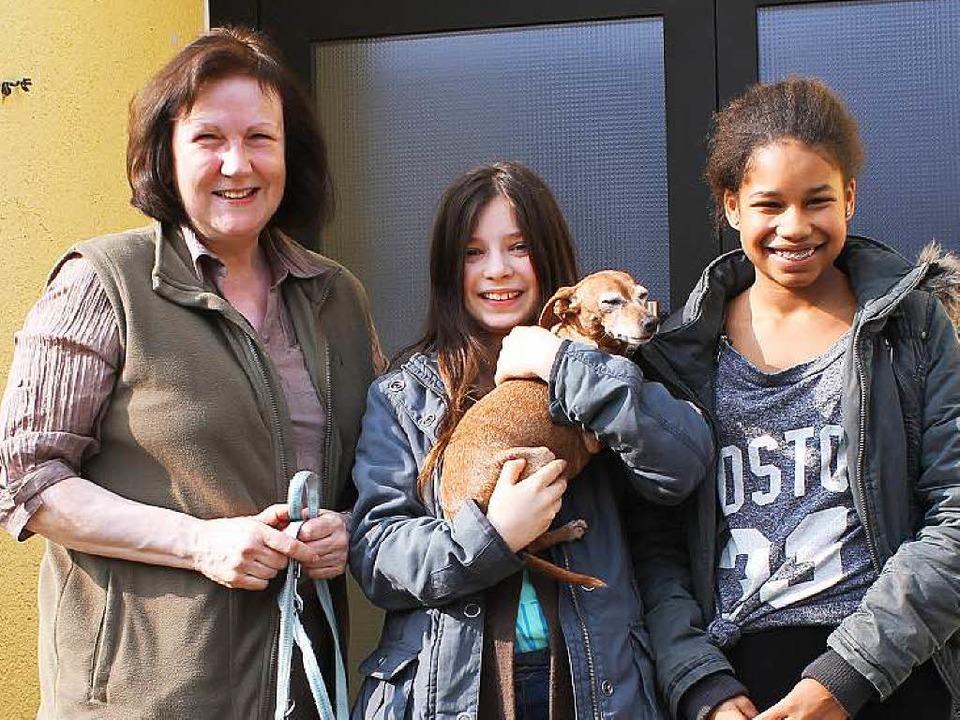 Tieramtsleiterin Christine Hörth mit ZIschup-Reporterinnen Kathrin und Salimata     Foto: privat