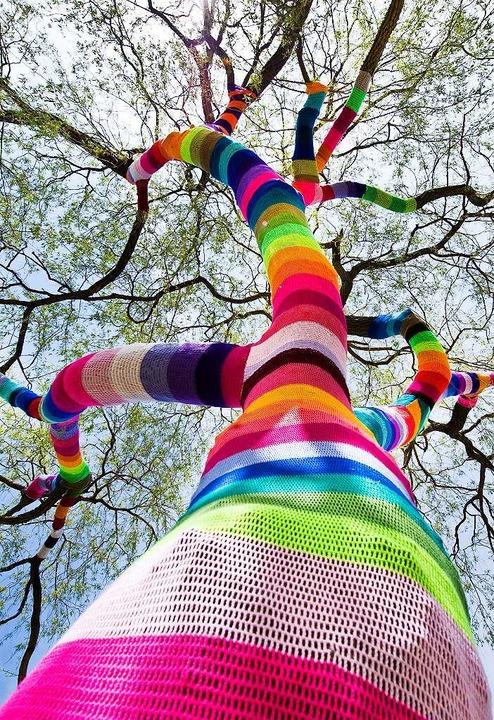 Stricken liegt auch wieder im Trend &#...man auch mal einen Baum warm anziehen.  | Foto: dpa