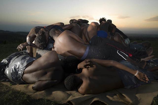 Künstler Florian Mehnert stapelt Flüchtlinge für Fotoprojekt