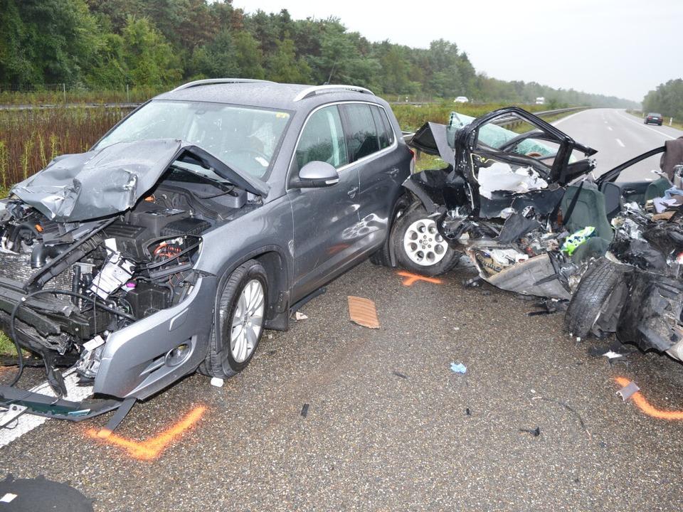 Auf der A5 bei Neuenburg gab es einen schrecklichen Unfall.  | Foto: kamera24.tv