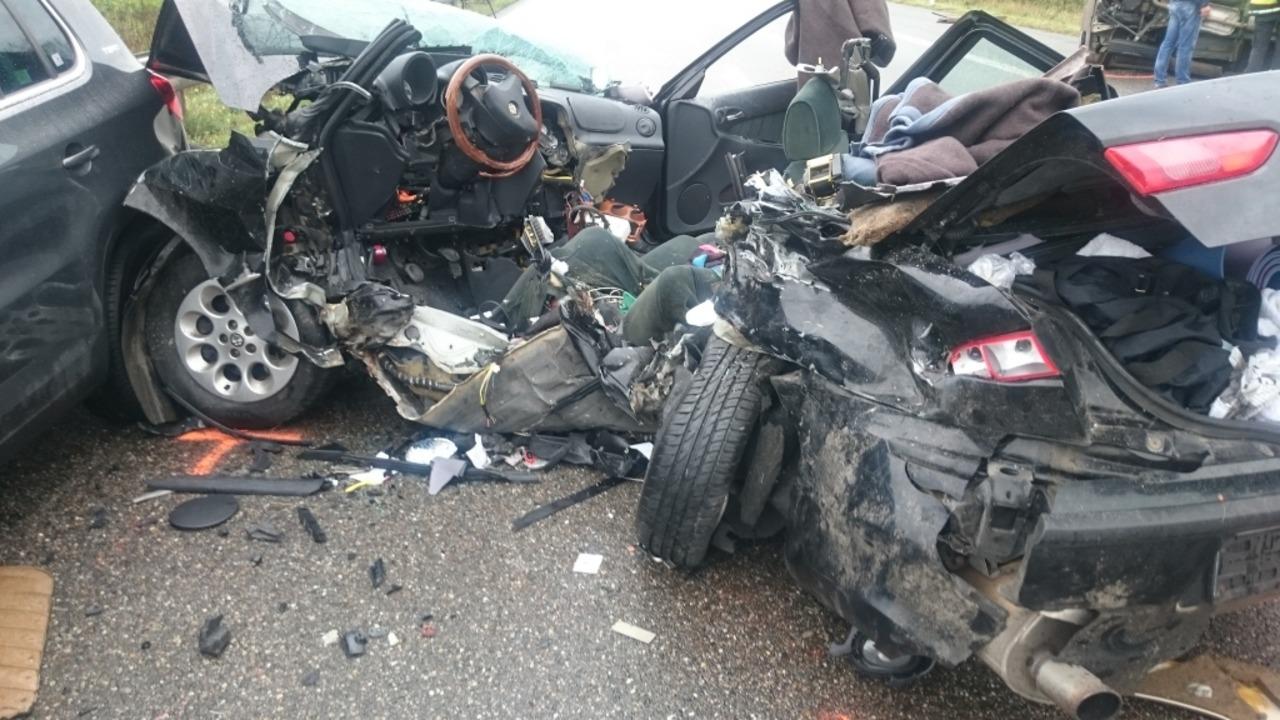 Auf der A5 bei Neuenburg gab es einen schrecklichen Unfall.  | Foto: Martin Ganz / kamera24.tv