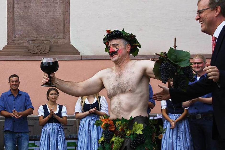 """""""Hoselips"""" Günter Grafmüller, rechts Bürgermeister Harald Lotis, im Hintergrund die Landjugend (Foto: Christiane Franz)"""