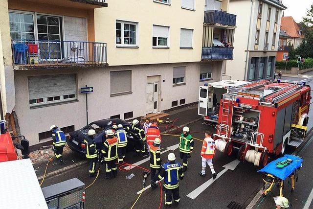 BMW rast in der Okenstraße in Offenburg gegen eine Häuserwand