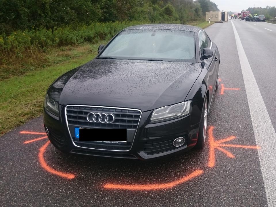 Der Wagen der Ersthelfer. Einer der be...de bei der erneuten Kollision getötet.  | Foto: Martin Ganz / kamera24.tv