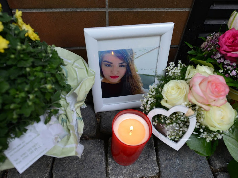 Am Tatort in der Freiburger Altstadt h...nd ein Bild der Getöteten aufgestellt.  | Foto: Rita Eggstein