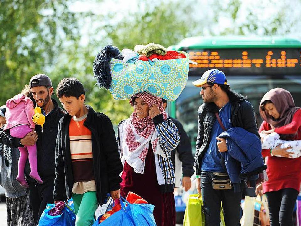 Flüchtlinge kommen in einem Zeltlager ...ähe des Hauptbahnhofs in München  an.     Foto: dpa