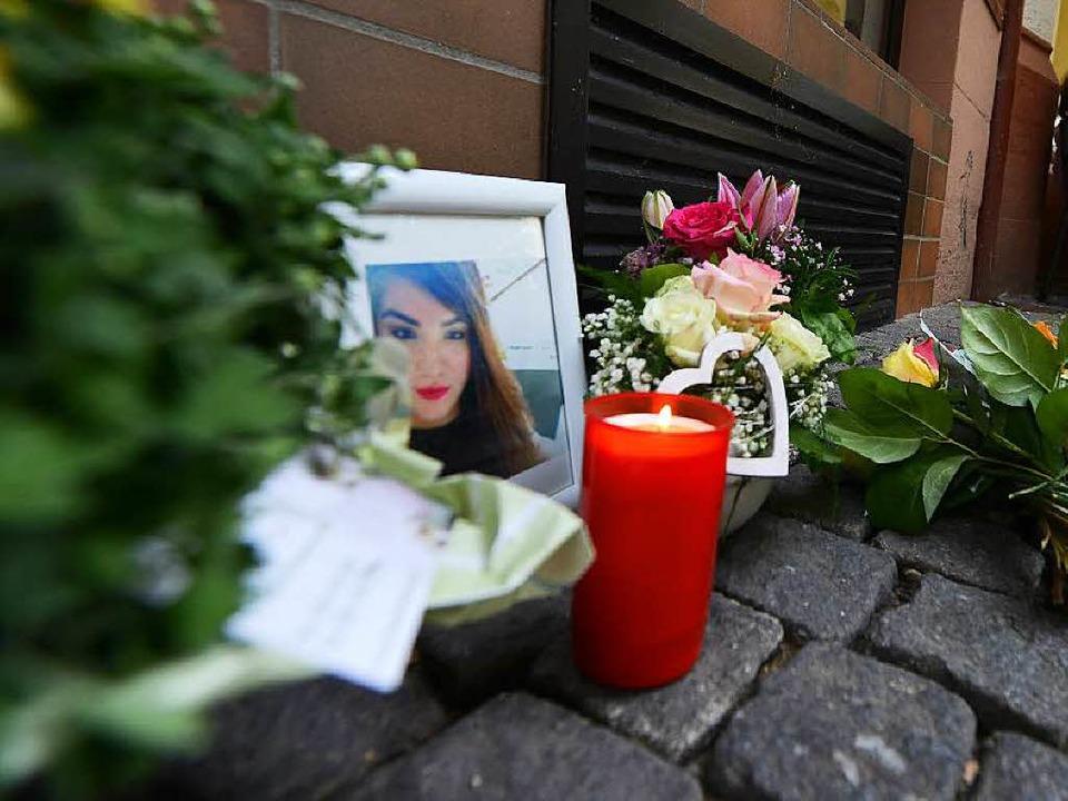 Blumen und Kerzen erinnern vor dem Ges...von ihrem Stiefvater erschossen wurde.  | Foto: Rita Eggstein