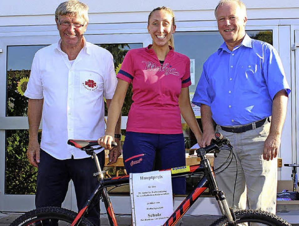 Carolin Fellner  durfte sich über den ...h mit der Teilnehmerin und Gewinnerin.  | Foto: Ulrich Rosplezcz