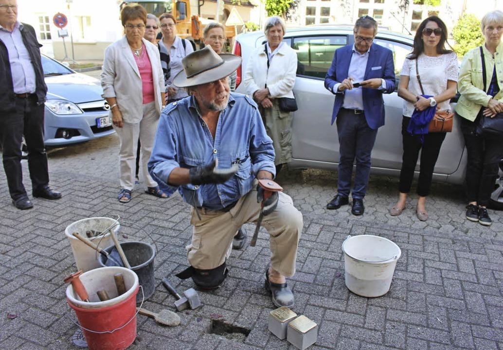 Künstler  Gunter   Demnig  hat  vier  ... der  Sulzburger Hauptstraße verlegt.     Foto: i. grziwa