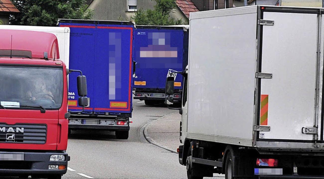So manchem ein Dorn im Ohr: Lastwagen   | Foto: dpa