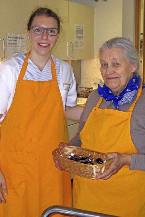 Lisa Meier bindet Senioren in Alltagsaufgaben ein.   | Foto: Eva Weise