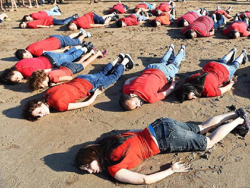 Ein Bild rüttelt auf: Marokkaner erinn... das Schicksal des ertrunkenen Aylan.   | Foto: afp