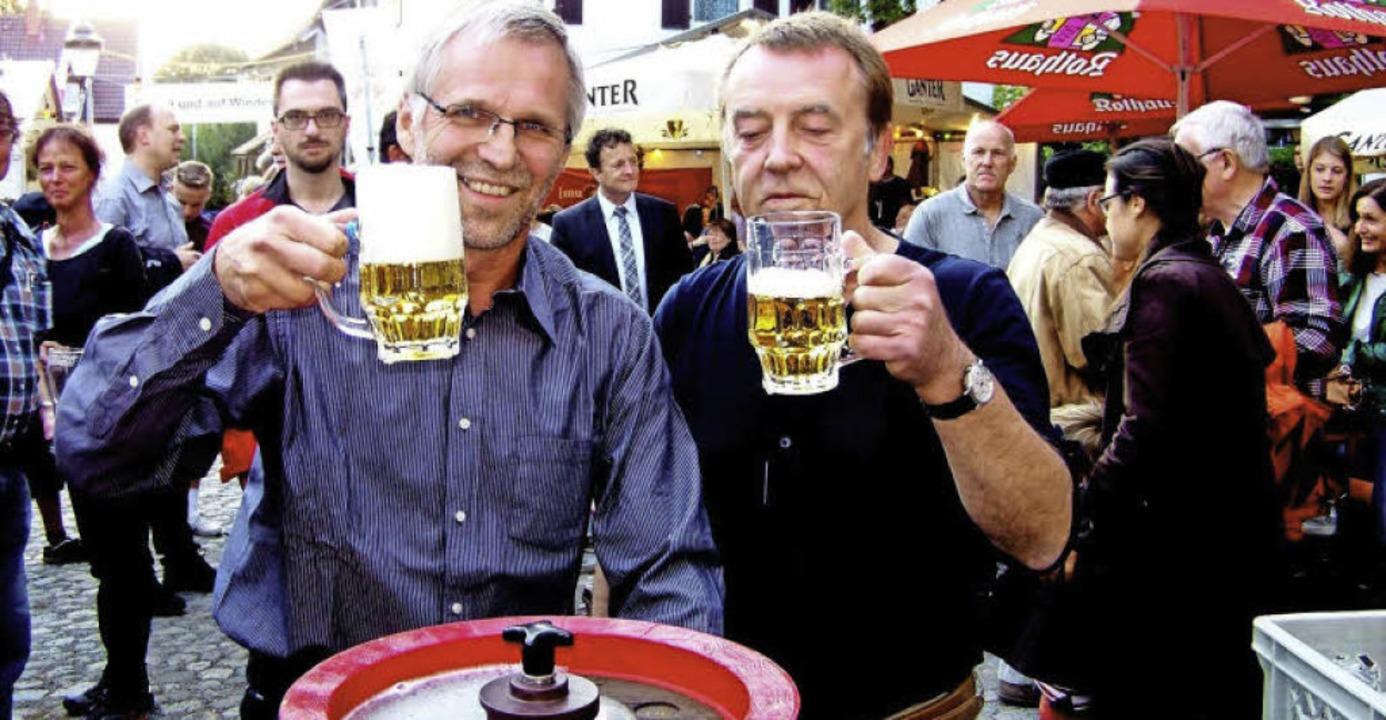 Stadtrat Wolf-Dieter Winkler und Bürge...ner stießen auf die Hockeröffnung an.   | Foto: Hans Sigmund