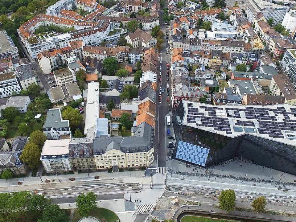 Das neue Kollegiengebäude der Universi...e (linke Bildhäflfe) errichtet werden.  | Foto: Thomas Holtz