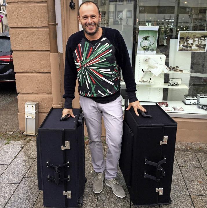 Michael Heinz mit 800 Brillen in zwei Koffern.  | Foto: Sonja Müller