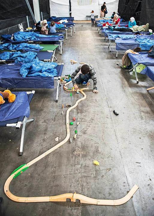 Abdullah aus Syrien spielt  mit einer ...erkunft für Flüchtlinge in Rottenburg.  | Foto: dpa