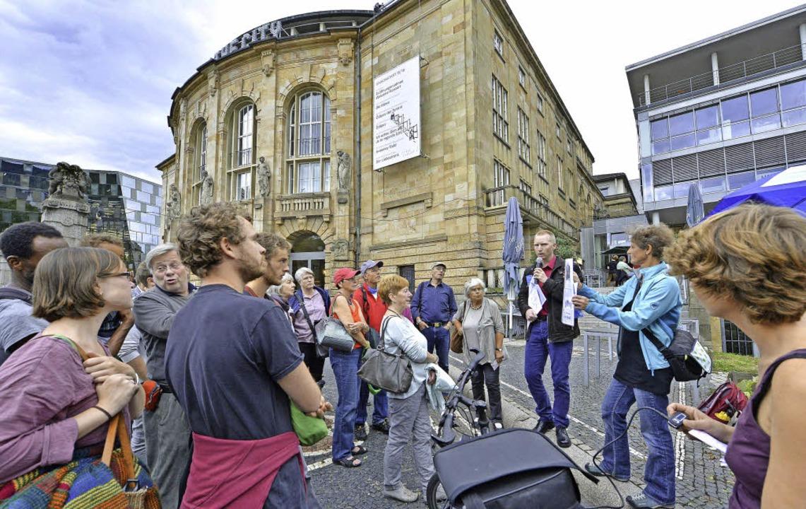 Mit  dem neuen Audioguide auf den  Spu...n Freiburg –  hier beim Theater.  | Foto: bamberger