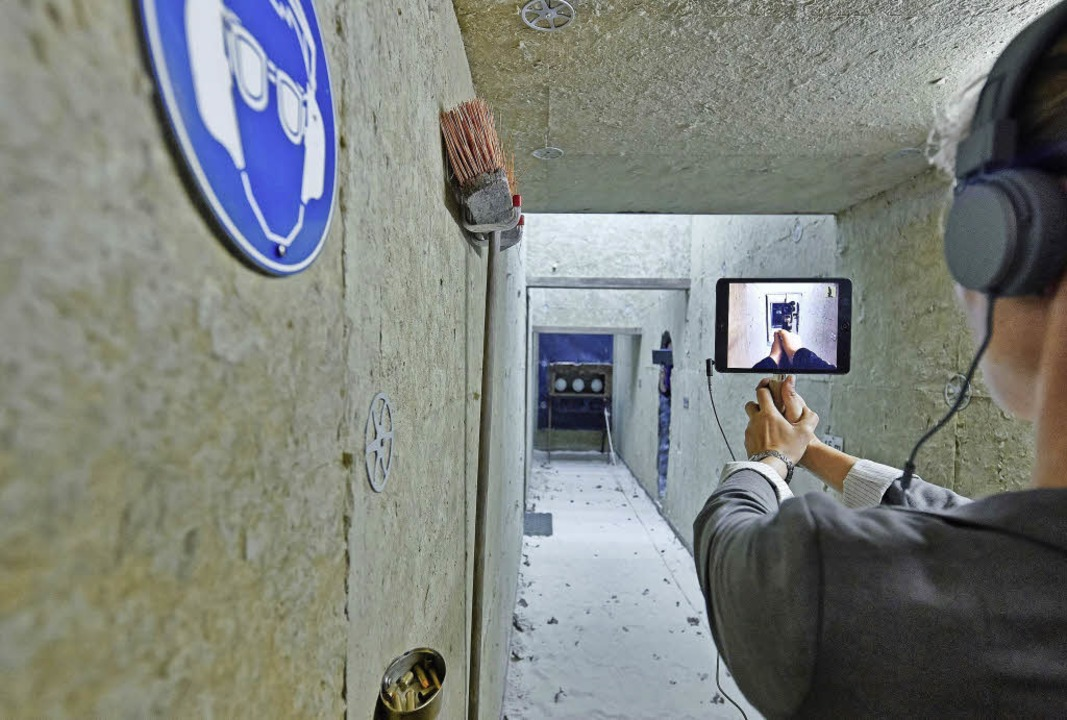 "Im Schießstand: Szene aus ""Situation Rooms"" von Rimini Protokoll     Foto: Jörg Baumann"
