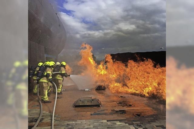 Ein Flugzeug brennt