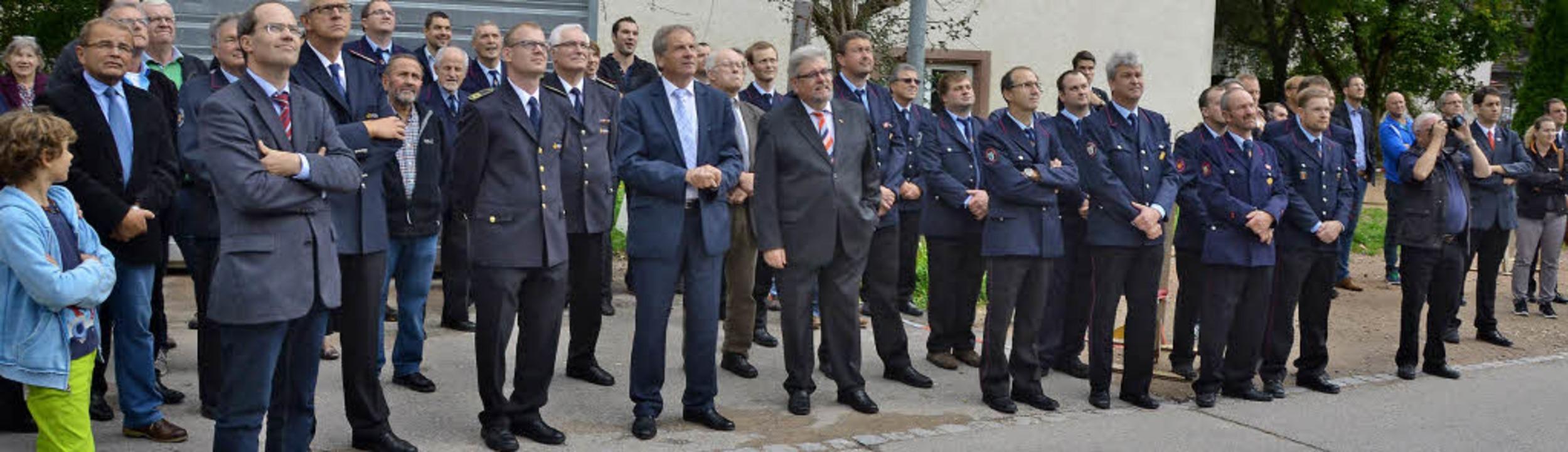 Stolzer Blick auf das gelungene Werk: ...eim  Richtfest fürs neue Feuerwehrhaus  | Foto: SENF