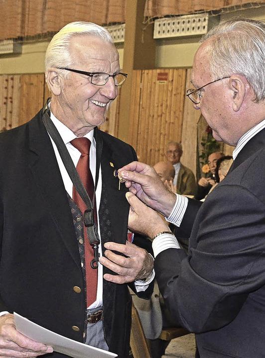 Alfred Glöckle bekam für 65 Jahre akti...badischen Blasmusikverbands verliehen.  | Foto: Jörg Schimanski